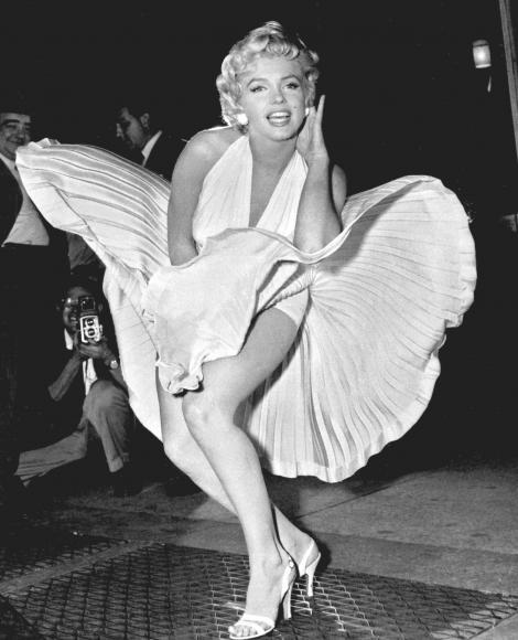 Unora le place... faima! Câți bani trebuie să scoți din buzunar pentru a purta o rochie care i-a aparținut legendarei Marilyn Monroe