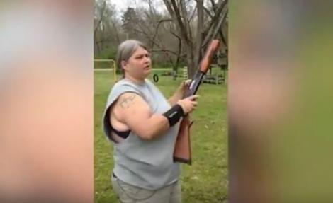 O femeie a găsit o pedeapsă DRASTICĂ pentru copiii săi care stau prea mult pe telefon. A luat o pușcă... - VIDEO