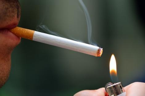 """Medicii români sunt împotriva amendamentelor aduse Legii anti-fumat. """"Oamenii mor din cauza țigărilor"""""""