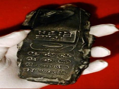 Descoperirea unor arheologi a șocat întreaga lume: Obiect misterios, cu înscripții antice, care seamănă cu un telefon mobil