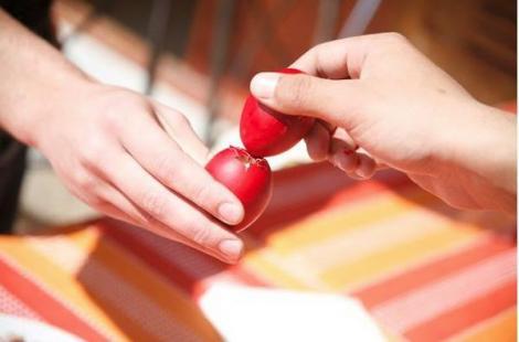 Le faci în fiecare an, dar știi de ce? Care este, de fapt, semnificația ouălor roșii și cum au fost ciocnite prima dată