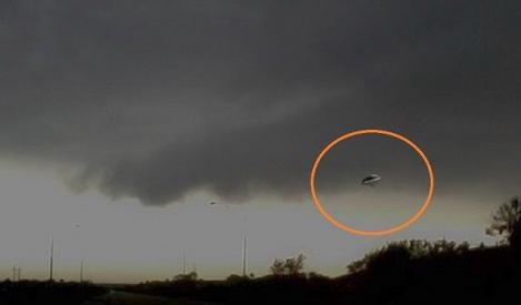 VIDEO! NASA a făcut imaginile publice! Un OZN intră în atmosferă şi se întâlneşte cu o altă navă