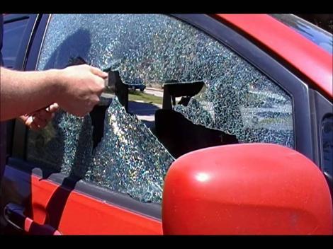 Au spart geamul maşinii pentru a salva un copil. Când l-au privit mai bine, au înlemnit! DETALIUL ŞOCANT i-a pus pe fugă!