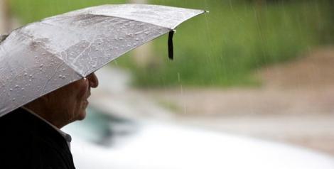 Început de săptămână cu ploi şi furtuni. Să nu îţi uiţi umbrela acasă!