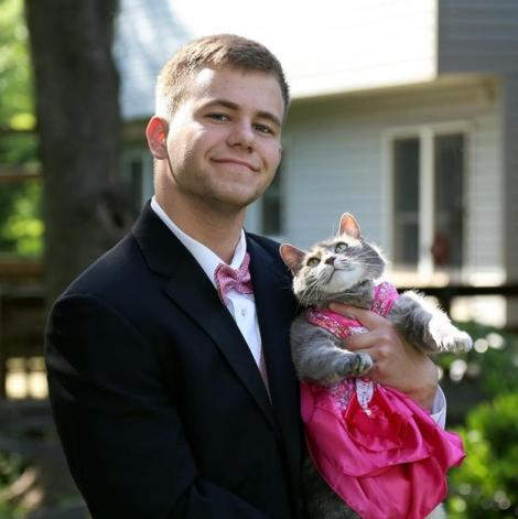 Disperat, un tânăr şi-a luat pisica la balul de absolvire! Micuţa Kitty a fost REGINA petrecerii!