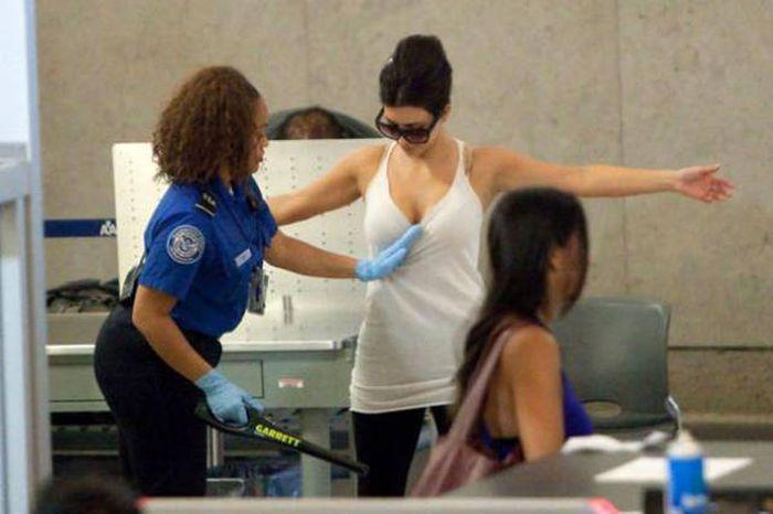Momente DELICATE pe aeroport. A vrut să o controleze amănuțit și a făcut-o de rușine!