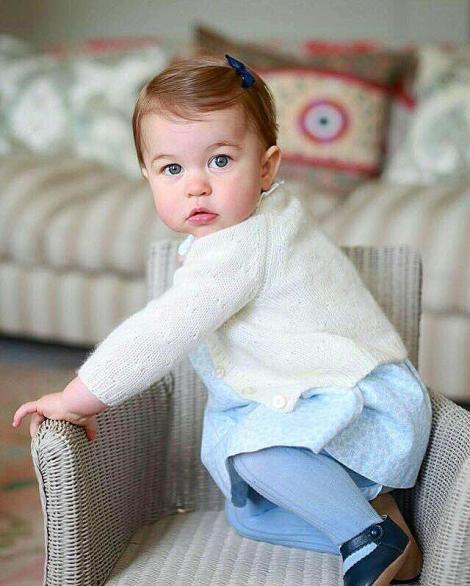 """Imagini adorabile! La doar un an, prințesa Charlotte cucerește lumea. """"Este William în picioare!"""""""