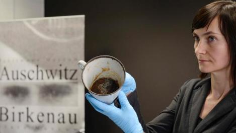 Ce secret a stat ascuns în cana unui prizonier de la Auschwitz. Oamenii au crezut că nu văd bine