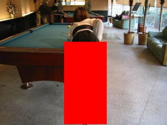 Neglijența, bat-o vina! Motivul pentru care orice femeie care joacă biliard trebuie să se îmbrace corespunzător!
