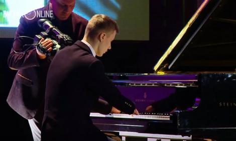 Puștiul s-a născut fără degete, dar cântă dumnezeiește la pian! Povestea lui a emoționat lumea de pretutindeni! (VIDEO)