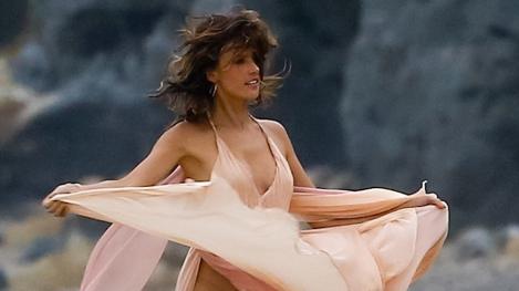 """Rochița cu """"vedere indecentă"""" i-a dat bătăi de cap fotomodelului Alessandra Ambrosio... și bătăi de inimă masculilor"""