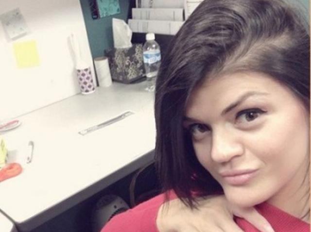 O tânără a fost concediată după ce s-a pozat în sutien la serviciu. Fotografiile au ajuns în computerele șefilor!