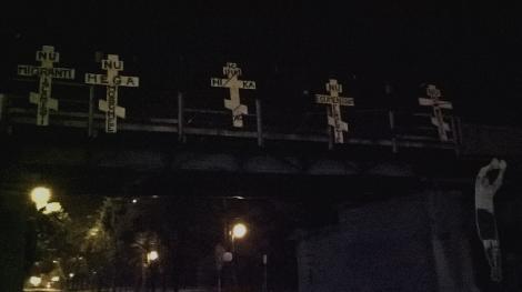 Cinci cruci au apărut pe o pasarelă din Timişoara. Mai multe mesaje au fost transmise prin intemediul acestora