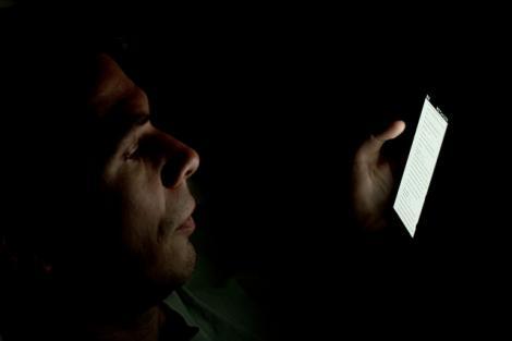 Experții avertizează: folosirea telefonului în întuneric poate provoca orbire temporară