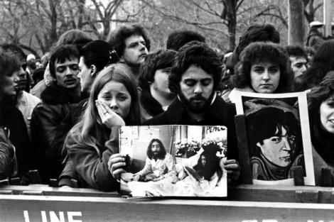 Și-a pătat cămaşa, pe mâneci şi pe piept, cu sângele lui John Lennon. După 36 de ani, paznicul care a încercat să-l salveze, a făcut public obiectul vestimentar. Ce s-a întâmplat cu bluza