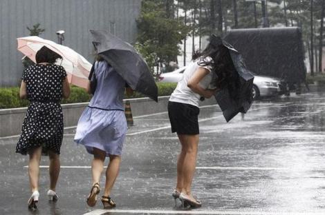 """După ce ne-am """"topit"""" la soare, vom avea ploi vijelii şi inundaţii. """"Vremea rea"""" va cuprinde toată ţara"""