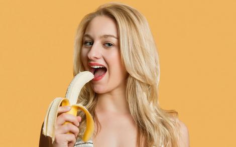 Ce se întâmplă dacă îți atingi fața cu coji de banane! O tânără a avut curajul să încerce! Ce crezi că a pățit?