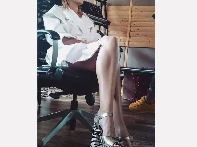 Alexandra Stan le dă tuturor celor care au criticat-o pentru kilogramele în plus peste nas! Ipostaza în care s-a fotografiat cântăreaţa