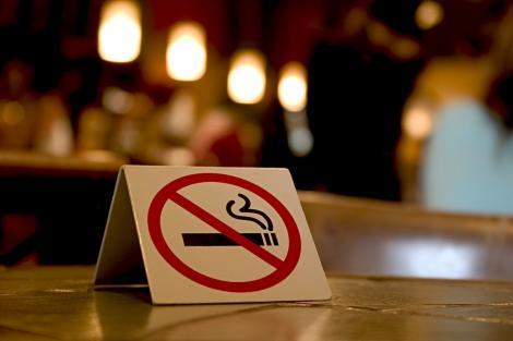 """Legea antifumat, """"îmblânzită""""!  Se poate fuma în interior, în spaţii separate şi izolate"""