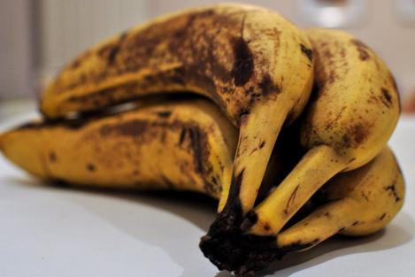 S-au înnegrit bananele și nu vrei să le arunci? Uite cel mai tare truc ca să le faci din nou galbene! (VIDEO)