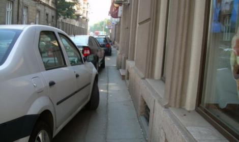 Schimbări importante pentru şoferi! Ministerul de Interne avertizează: Parcarea pe trotuar, ilegală!