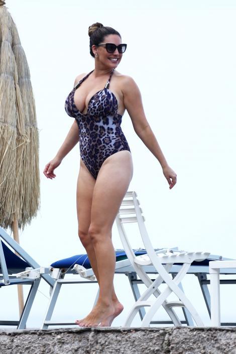 Kelly Brook, super-sexy pe plajă. Modelul britanic, în ipostaze tandre cu iubitul său în însorita Italie!