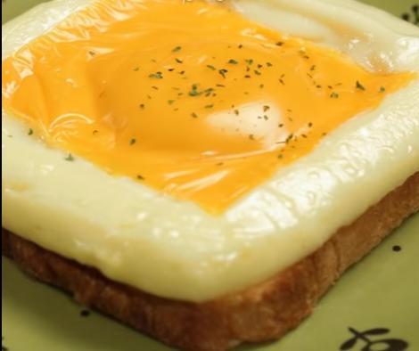 Gustare delicioasă pentru curioși! Încearcă un alt tip de mic dejun, ce te va cuceri instant! Îți va ploua în gură dacă te uiți cum se face! (VIDEO)