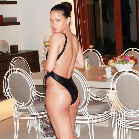 """FOTO HOT! Orice bărbat ar pica în """"plasă""""! Atunci când e certată cu sutienul, Rihanna face ravagii pe internet!"""