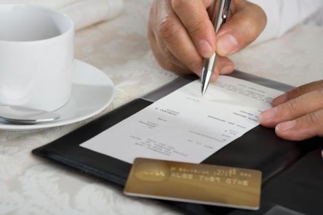 Un client i-a scris chelneriței pe bon cel mai neașteptat mesaj posibil! Surpriza a fost de proporții când femeia a văzut ce i-a lăsat bărbatul pe masă!