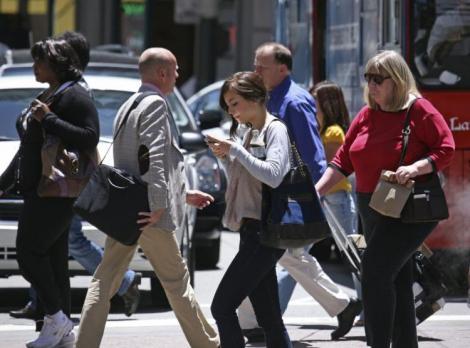 Te uiţi pe telefonul mobil pe stradă? Pregăteşte-te de amendă! Dai bani, dar îţi salvează viaţa