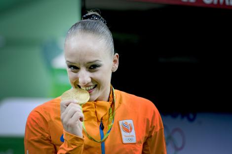 JO 2016. Te-ai întrebat vreodată?! De ce muşcă sportivii de la Jocurile Olimpice medaliile de aur? Explicaţia este surprinzătoare