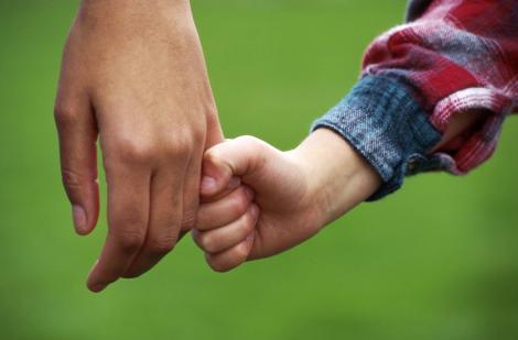 Se întâmplă în România! Legea prin care minorii pot fi luați de lângă părinți a stârnit numeroase controverse!