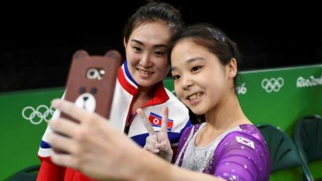 Lecția de suflet a două gimnaste a devenit virală! Coreea de Nord și Coreea de Sud, împreună în același selfie, la JO de la Rio
