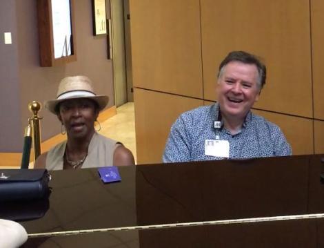 Un preot și un pacient au găsit un pian într-un spital și au decis să cânte! În scurt timp, toți au amuțit! (VIDEO)