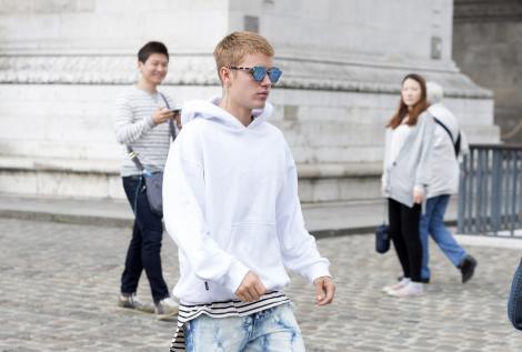 Justin Bieber lovește din nou! Și-a înjurat fanii, după ce i-a lăsat cu ochii în soare