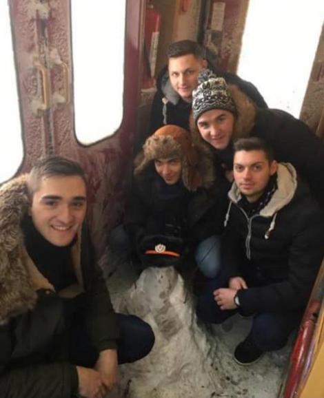 VIRALUL VISCOLULUI din 2017. La drum, cu voioșie: Pentru că a nins în tren, mai mulți tineri au făcut om de zăpadă pe ruta Iași - Timișoara!