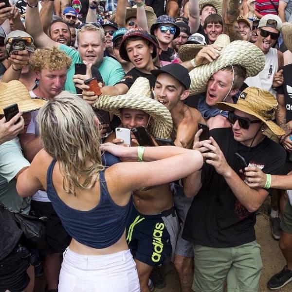 FOTO: Şi-a ridicat bluza şi bărbaţii au înnebunit! Nimeni n-a atins-o, dar toţi s-au îngrămădit s-o pozeze