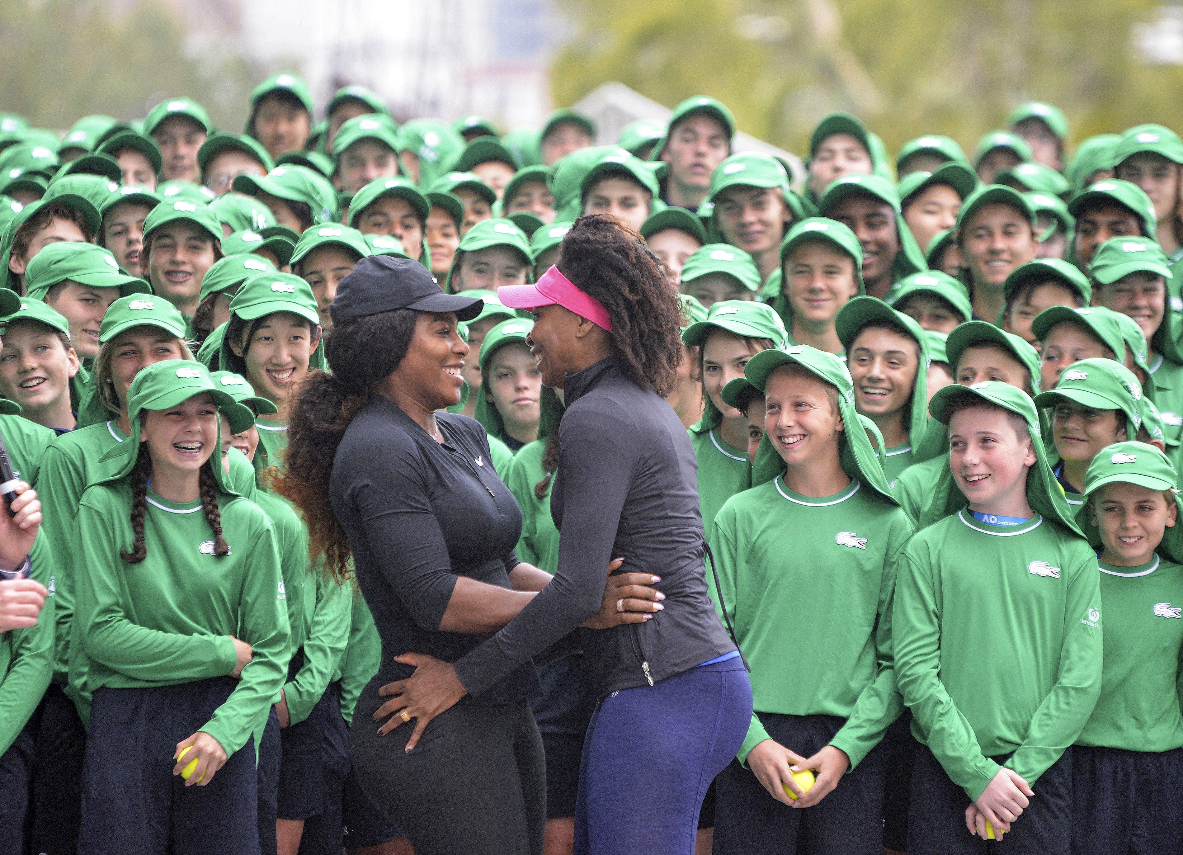 FOTO: Nu s-au putut abţine şi au comis-o! Surorile Williams, gest INDECENT în faţa mai multor copii