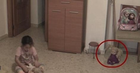 Imagini ÎNFIORĂTOARE! O fetiță se juca în camera ei, când a observat ceva straniu cu păpușa: Părinții au fost șocați când s-au uitat pe camere