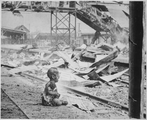 """""""Mama-i pierise. Era copilul născut din flăcări! Totul ardea în jur. Totul!"""". 136.000.000 de oameni au plâns când au văzut imaginea"""