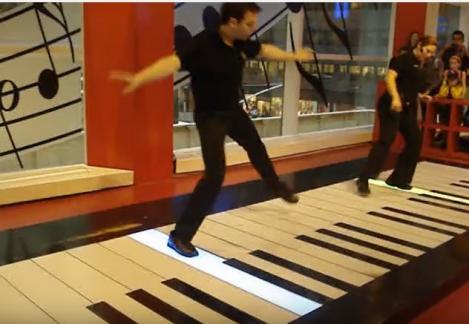 """VIDEO: Stai uşor, că nu mai merge cu """"degete de pianist"""". Fantoma de la operă, cântată cu picioarele, în duet, pe pian"""