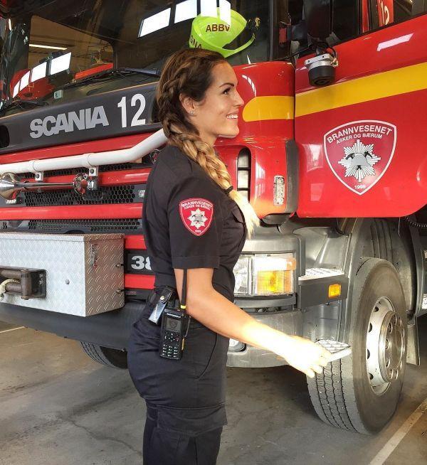Galerie FOTO: Cum arată cea mai sexy femeie pompier din lume! Intră în FOC cu PIEPTUL în faţă