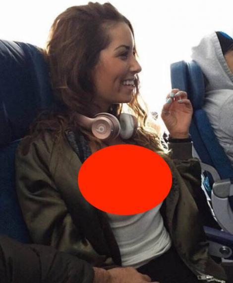 FOTO: Îți vine să-i faci check-in-ul non stop! Tipa asta super sexy a început să se dezbrace în avion