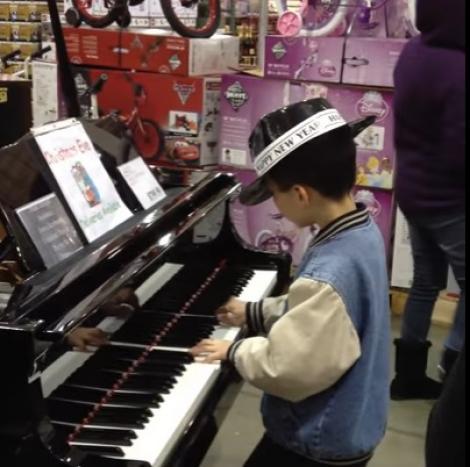 Puștiul a venit la magazin cu părinții, dar minunea s-a întâmplat când el a găsit un pian! Toată lumea a uitat de cumpărături!