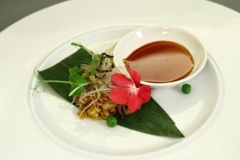 Tarantule tempura cu garnitură de orez prăjit și mazăre