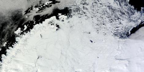 """O gaură gigantică a apărut în Antarctica. Cercetătorii au intrat în panică și nu au nicio explicație: """"Este ca şi cum ai fi tras un pumn în gheaţă şi a rămas o gaură uriaşă"""""""