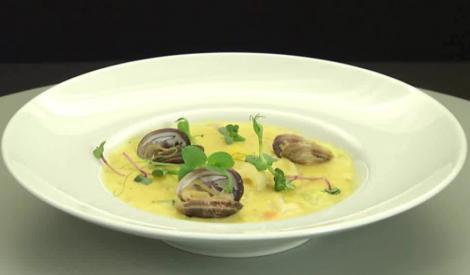 Clam chowder – o supă cremă gustoasă și sățioasă, cu multe legume, pește și fructe de mare
