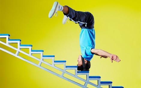 Video: Nu ai mai văzut așa ceva! A urcat 36 de trepte stând în cap. Numai când privești și te trec fiorii!