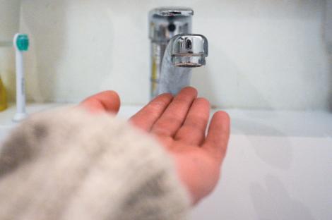 Cele mai comune 5 greșeli pe care le fac românii la duș. Te afli și tu printre ei?