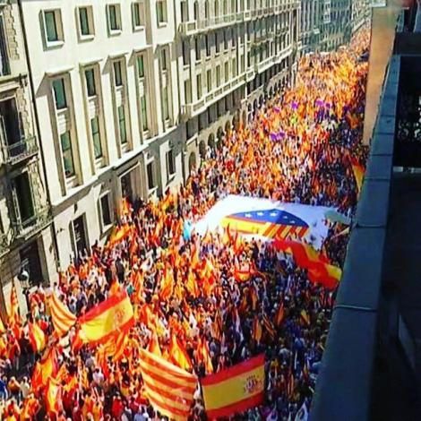 Mii de persoane manifestează la Barcelona pentru unitate şi împotriva declarării independenţei Cataloniei
